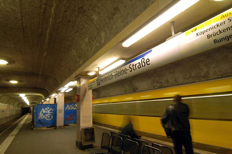 Am U-Bahnhof Heinrich-Heine-Strafe griff ein Jugendliche einen 26-Jährigen an. (Symbolbild)