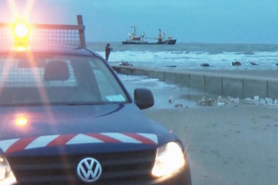 Die Kurverwaltung der Insel Borkum sucht den Strand nach angespülten Gegenständen ab.