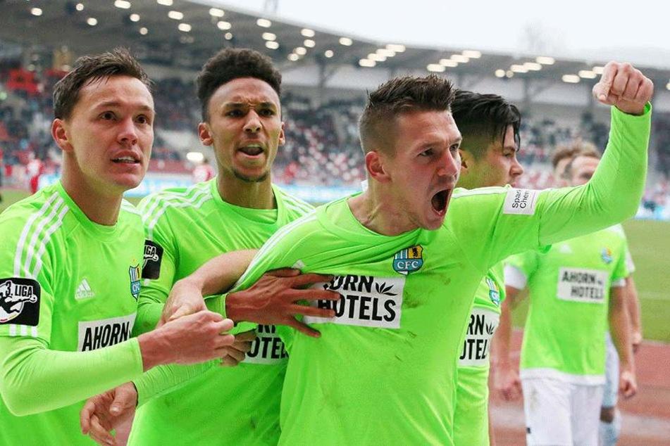 Bittroff, Dem, Frahn und Mast bejubeln Frahns Treffer zum 2:1 gegen Erfurt.
