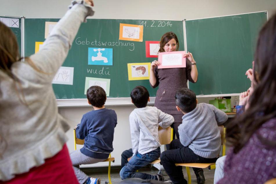Lehrerin im Unterricht. Symbolbild.