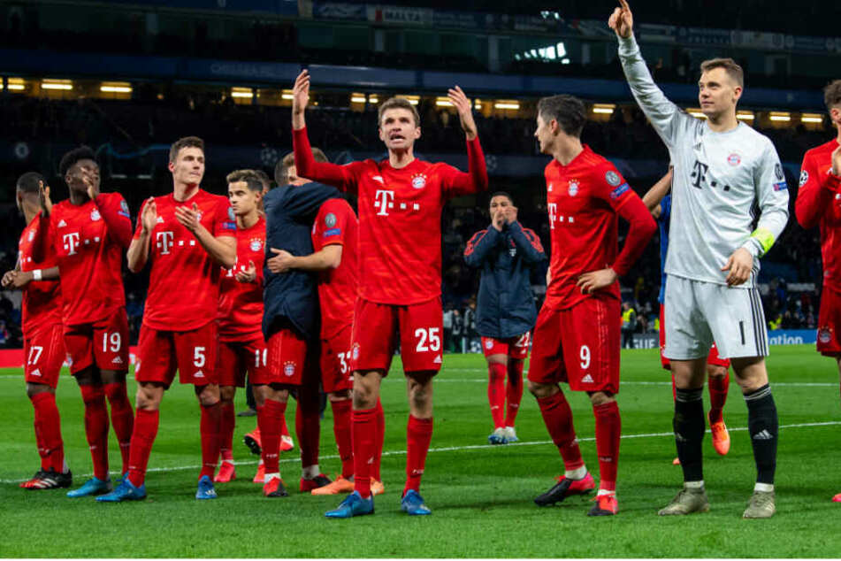 Die Spieler des FC Bayern München feiern nach dem Spiel mit den Fans.