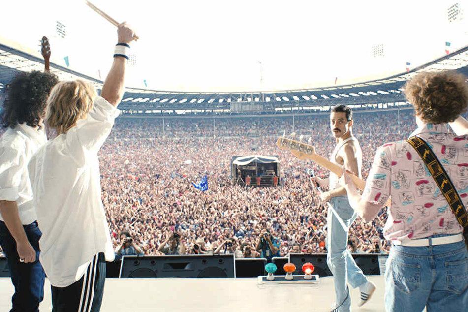 Die Rockband Queen tritt vor ca. 75.000 Zuschauern im Wembley Stadion auf.