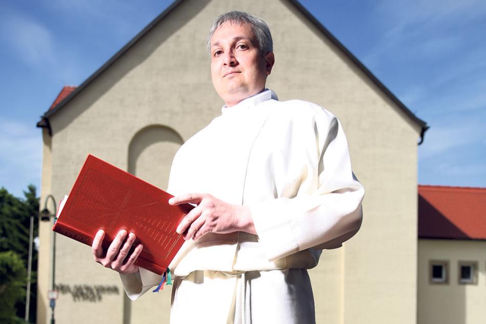 """Priester Thomas Wiesner (46) vor seiner Heimatkirche """"St. Pius X"""" in  Wilsdruff."""