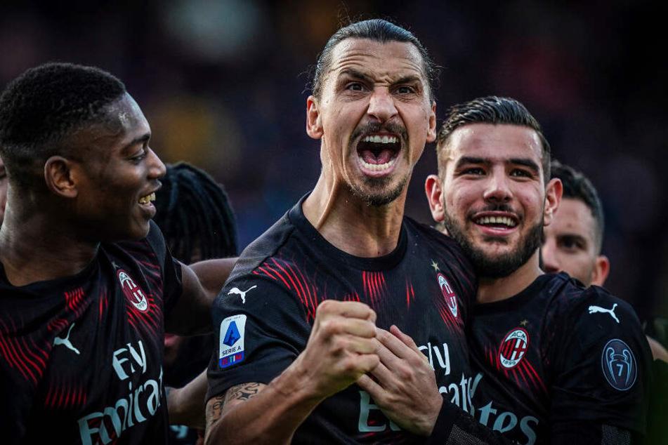 Zlatan Ibrahimovic vom AC Mailand (M) jubelt mit seiner Mannschaft, nachdem er das 2:0 für den AC Mailand geschossen hat.