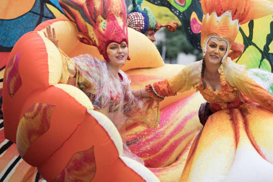 Mit Tanz, Musik und schrillen Kostümen ziehen unzählige Gruppen durch Berlin.