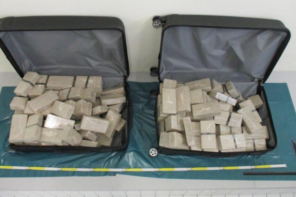 140 Pakete zu je 500 Gramm Heroin fand die Polizei im Kofferraum des Diplomaten-Benz.