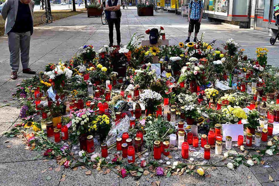 Blumen am Tatort in Chemnitz. Daniel H. wurde hier Ende August getötet.