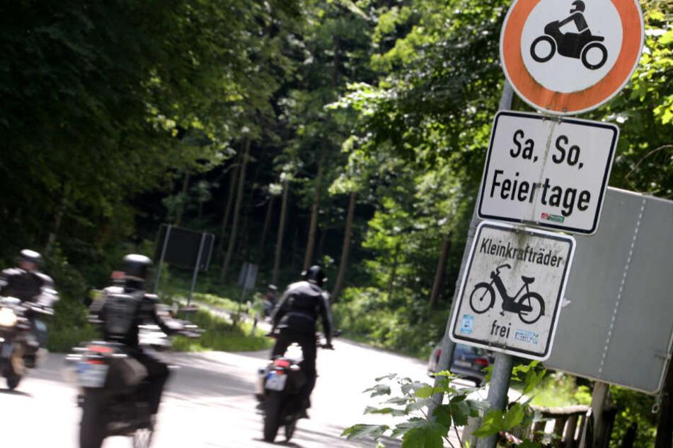 Motorräder auf der Kesselbergstraße zwischen dem Kochelsee und dem Walchensee.