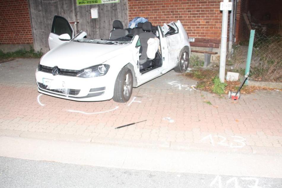 Der VW Golf wurde stark beschädigt und musste abgeschleppt werden.