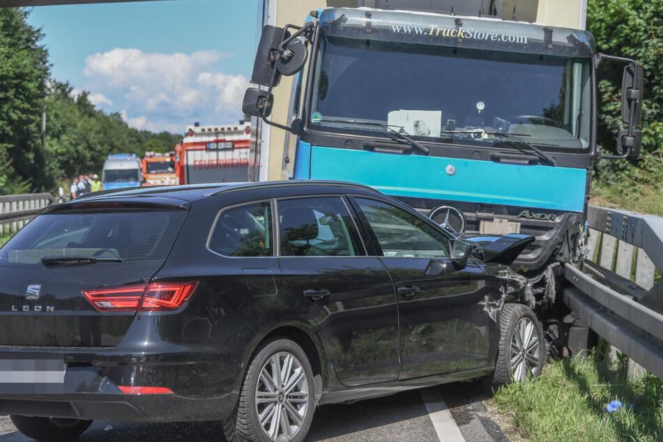 Der Seat-Fahrer kollidiert mit einem Lastwagen und kommt anschließend zum Stehen.