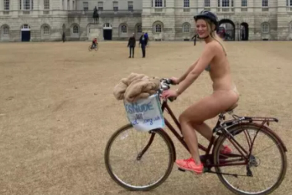 Woman cycles naked through the freezing cold in London