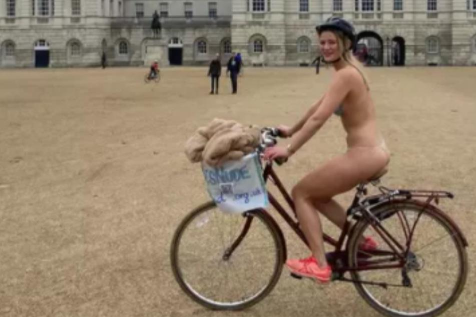 Warum radelt diese Frau bei Eiseskälte nackt durch London?