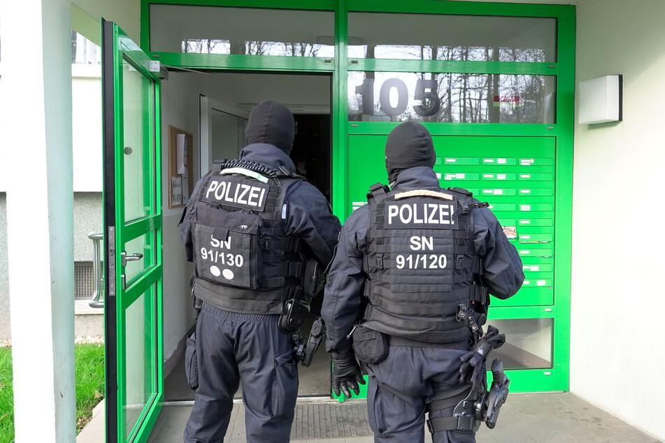 Die Chemnitzer Kriminalpolizei durchsuchte am Donnerstagmorgen mehrere Wohnungen in Chemnitz. Ihr Ziel: mutmaßliche Drogendealer dingfest zu machen.