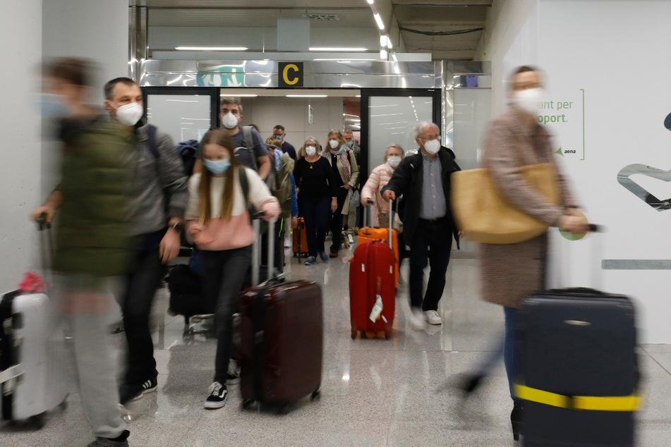 Reisende bei der Ankunft am Flughafen von Mallorca.