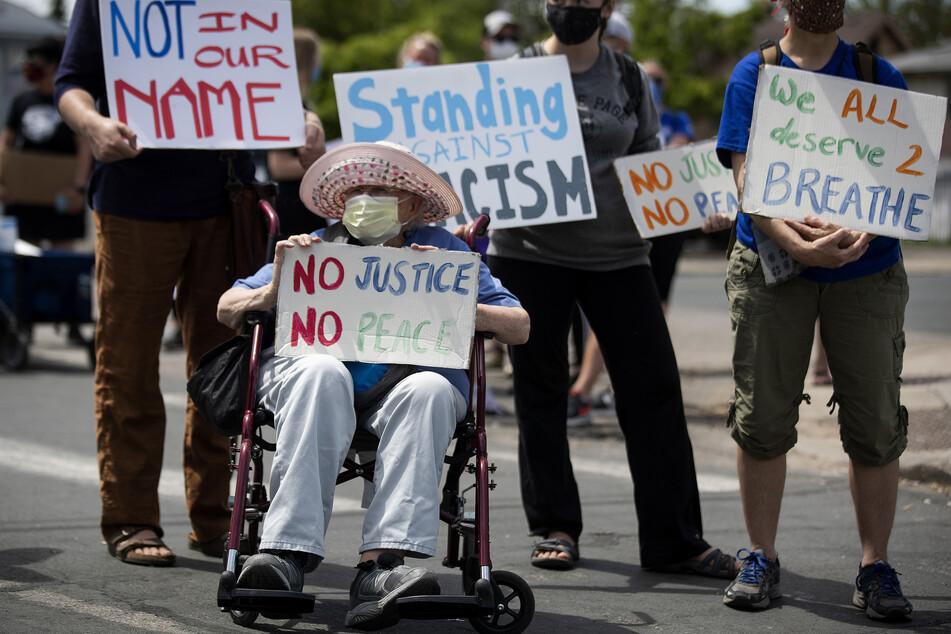Die 87-jährige Sally Sommers nimmt an einer Demonstration nach dem Tod von George Floyd teil. Floyd verstarb nach der Festnahme durch die Polizei. Ein weißer Polizist kniete auf dem Hals des Mannes, welcher mehrmals darauf aufmerksam machte, dass er nicht atmen könne. Er starb später im Krankenhaus.