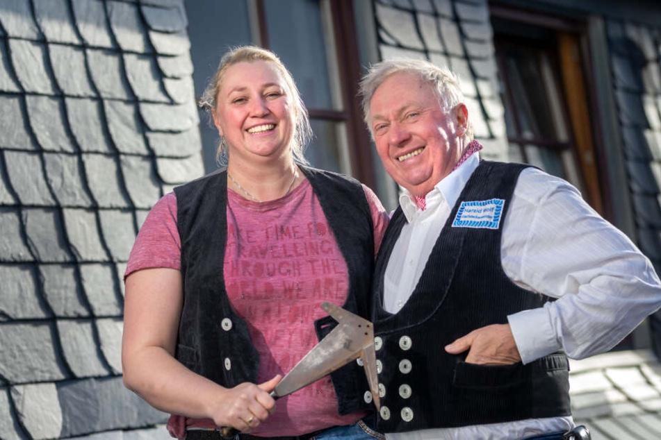 Dachdeckermeister Harald Wolf (68) hat den Schieferhammer des fast 250 Jahre alten Familienbetriebes an Tochter Michaela (40) weitergegeben.