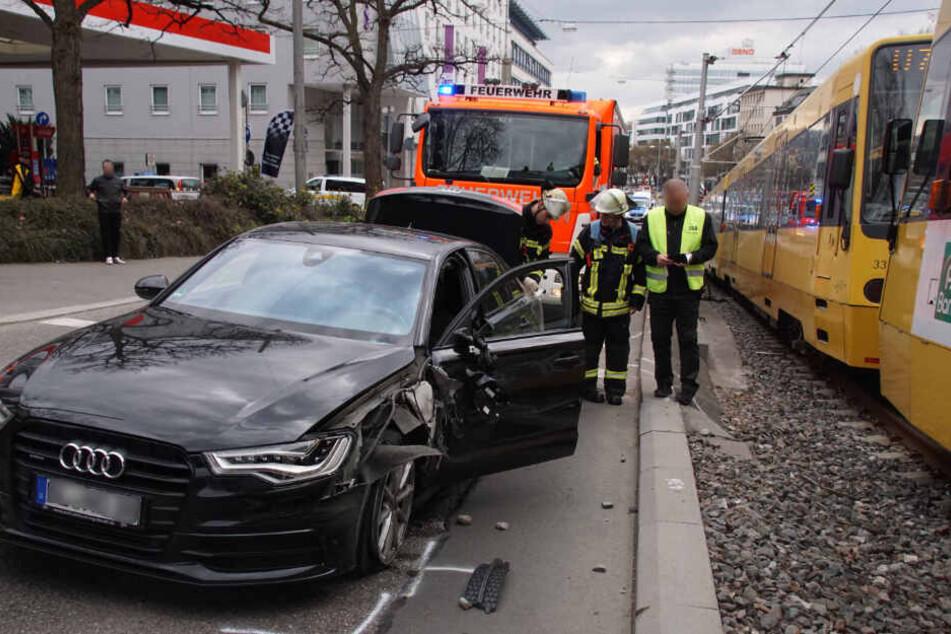 Der verunfallte Audi steht auf der Straße.