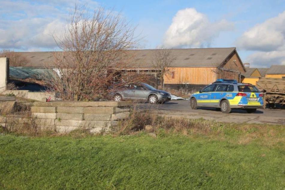 Die Polizei sucht rund um den Tatort nach Hinweisen.