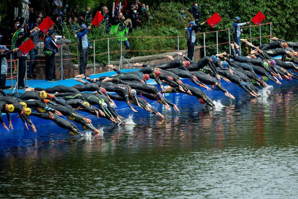 Im vergangenen Jahr startete das Feld der Elite der Männer im Stadtparksee mit dem Schwimmen.