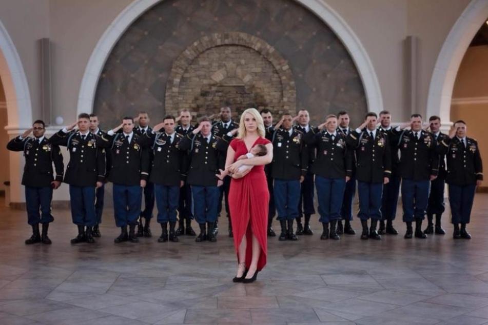 Gemeinsam mit den Soldaten posiert Brittany mit ihrer Tochter.