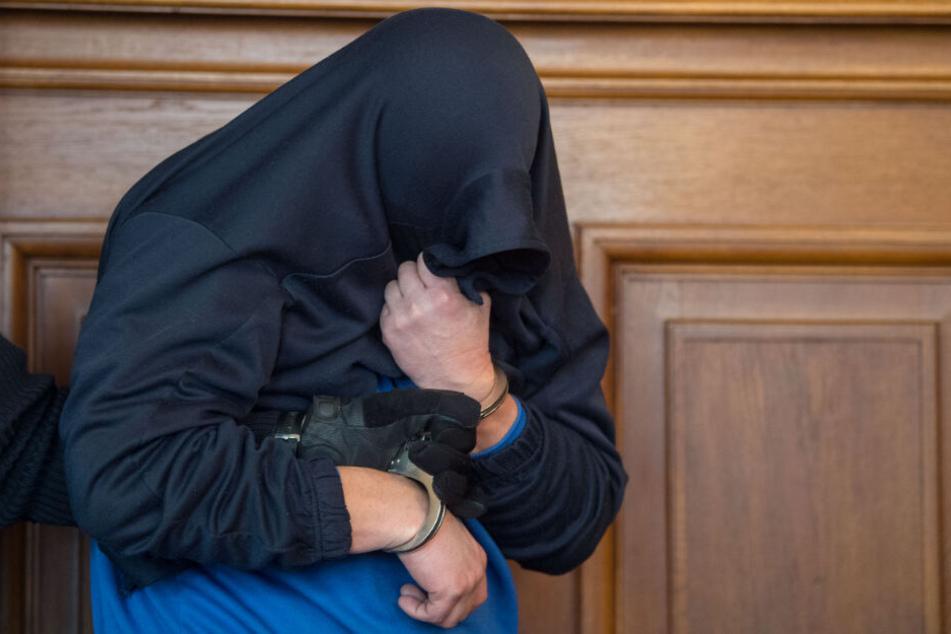 Der Angeklagte im Prozess um einen Dreifachmord am Juni 2018 im Landgericht.