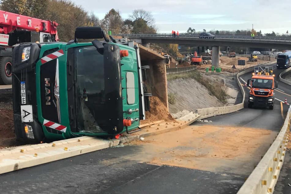 Der Laster kippte beim Rückwärtsfahren um, der Fahrer verletzt sich leicht.