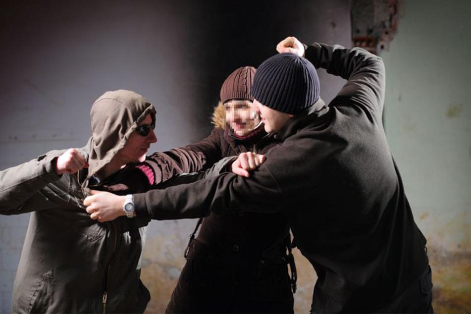 Aus einem Streit wurde schnell eine handfeste Schlägerei - dann wurde plötzlich ein Messer gezogen. (Symbolbild)
