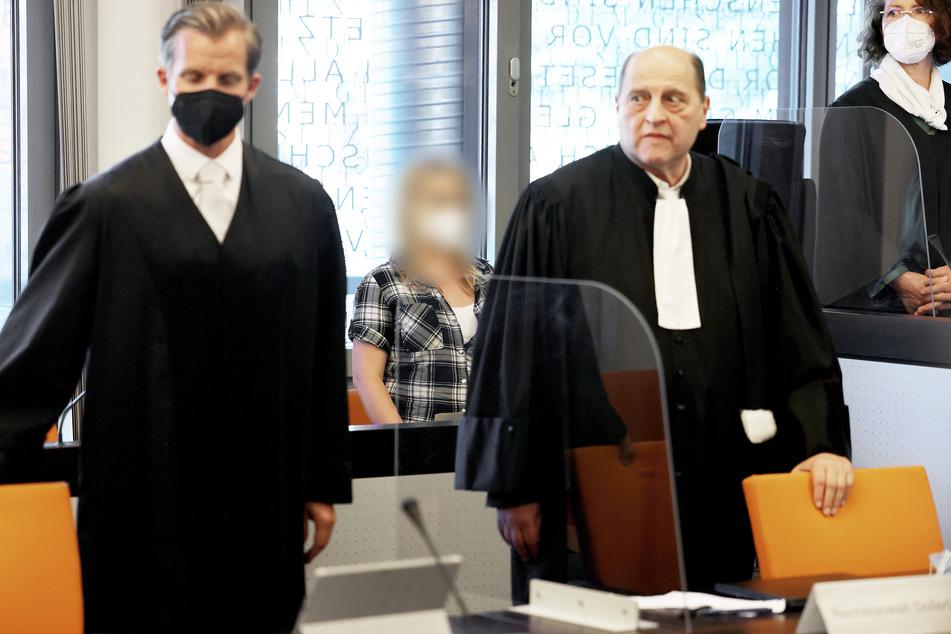 Die angeklagte Mutter (28) muss sich vor dem Wuppertaler Landgericht wegen fünffachen heimtückischen Mordes verantworten.