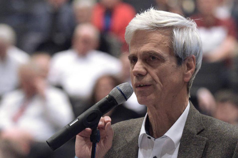 Landtagsabgeordneter Gedeon spricht beim Parteitag der AfD im Februar.