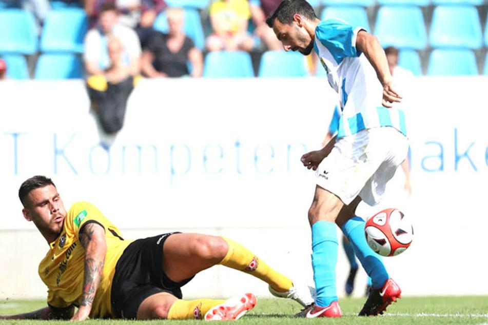Beim 1:0-Sieg im Testspiel gegen den Chemnitzer FC gab es an Dynamos Dario Dumic (u.) kein vorbeikommen. Das bekam auch CFC-Angreifer Rafael Garcia zu spüren.