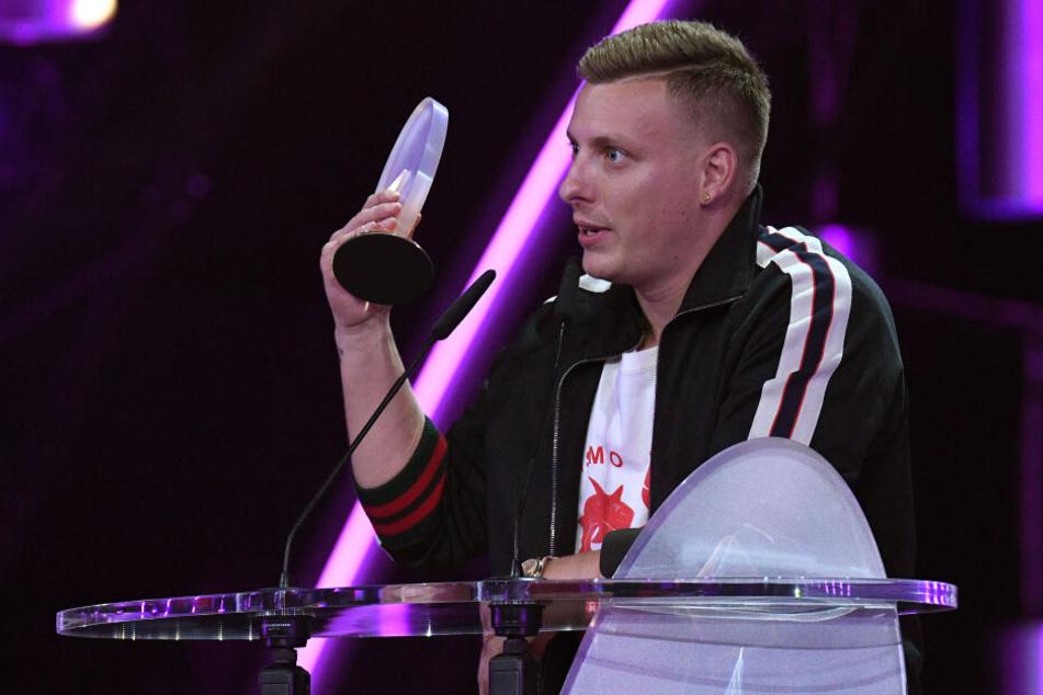 """Felix Lobrecht wurde als """"Bester Newcomer"""" beim deutschen Comedy-Preis 2018 geehrt."""