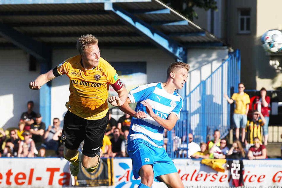 Wacker Nordhausen mit Felix Müller (r.) besiegte am Donnerstag Dynamo Dresden mit Marco Hartmann überraschend 3:2.