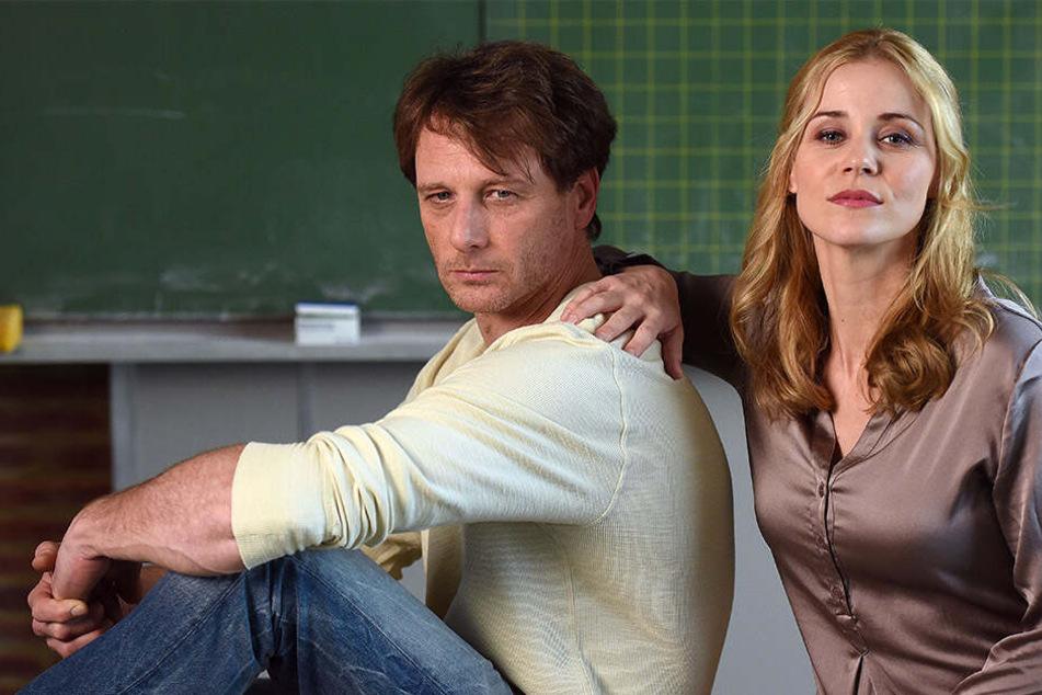 """""""Der Lehrer"""": Hauptdarsteller Stefan Vollmer (gespielt von Hendrik Duryn) und Karin Noske (gespielt von Jessica Ginkel)."""