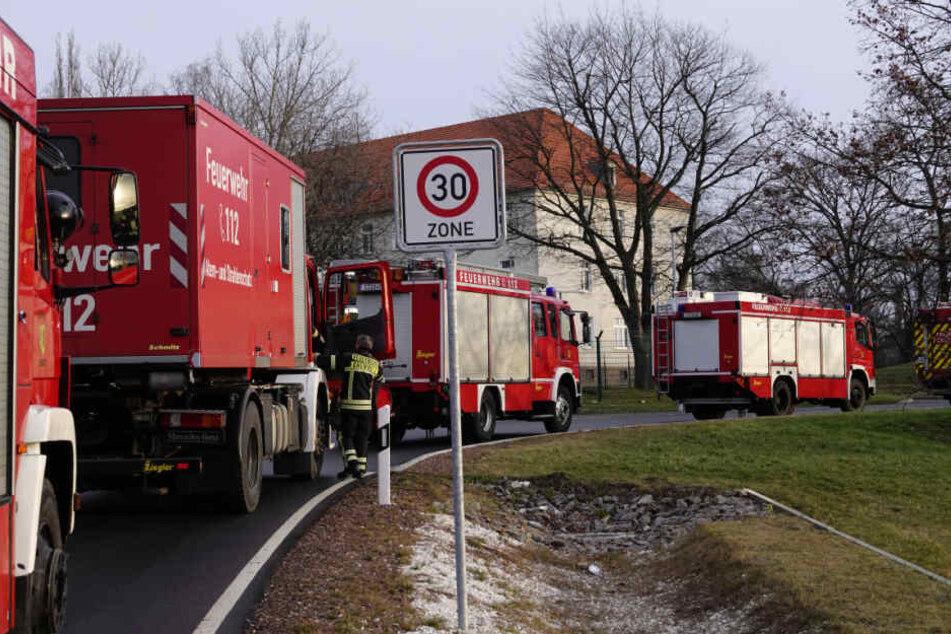 Die Feuerwehr rückte mit insgesamt 18 Einsatzfahrzeugen an.