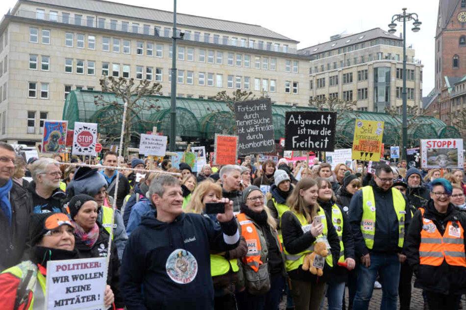 Zur Demonstration vorm Hamburger Rathaus kamen rund 1500 Menschen.