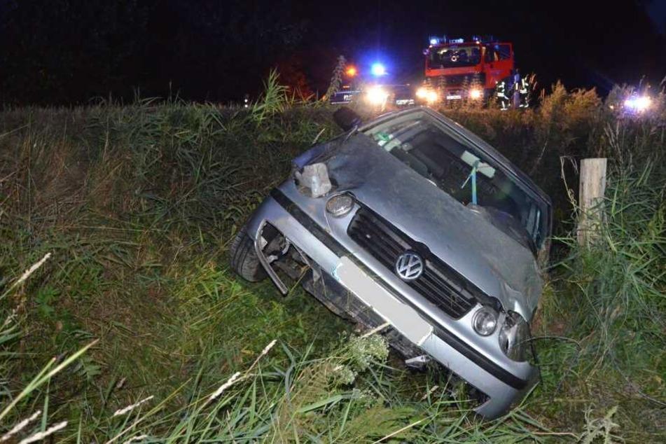 Der VW Polo durchbrach einen Zaun und kam in einem Graben zum Stehen.
