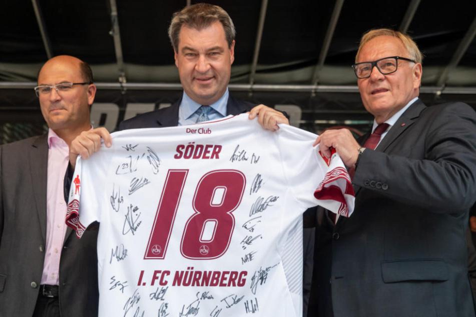 Markus Söder (M.) hat den 1. FC Nürnberg für den Aufstieg ins Oberhaus geehrt.
