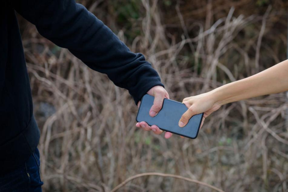 Der Mann wollte dem Räuber sein Handy nicht geben. (Symbolbild)