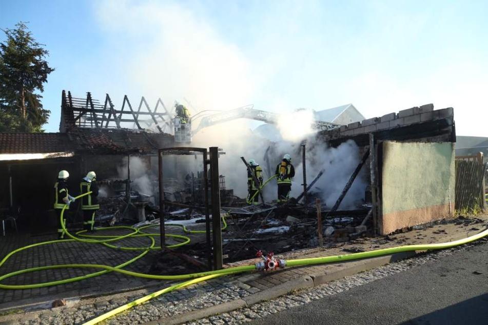 Die Feuerwehr konnte zwar ein Übergreifen auf ein Wohnhaus verhindern, für den Stall allerdings kam jede Hilfe zu spät.