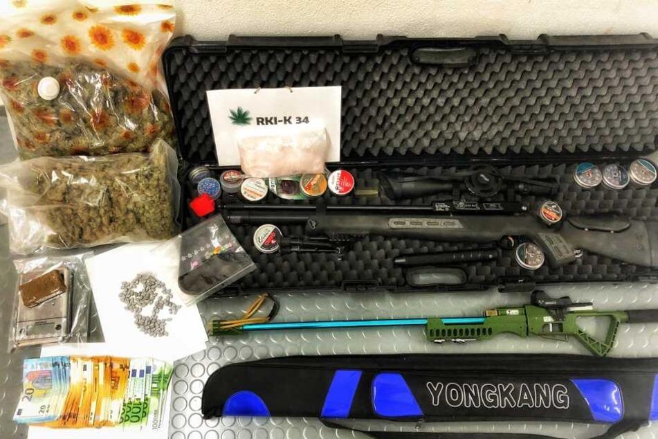 Die Polizei stellte Waffen, Drogen und Rauschgift sicher.