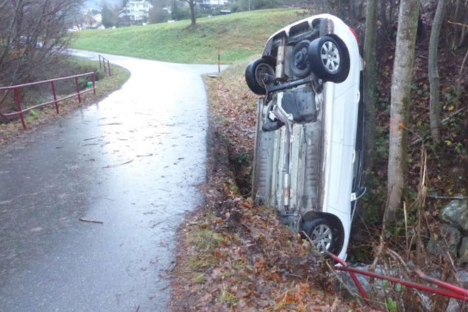 Das Auto landete in Waldkirch mit der Front in einem Bachlauf.