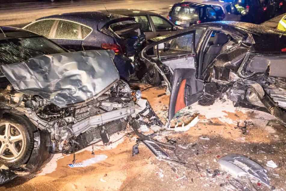 Trümmerfeld nach Unfall: Betrunkener Raser kracht in parkende Autos