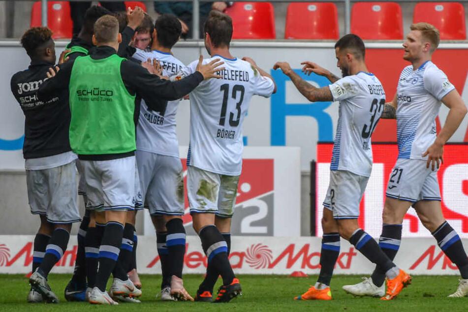 Die ganze Mannschaft freute sich über den Ausgleichstreffer von Fabian Klos.