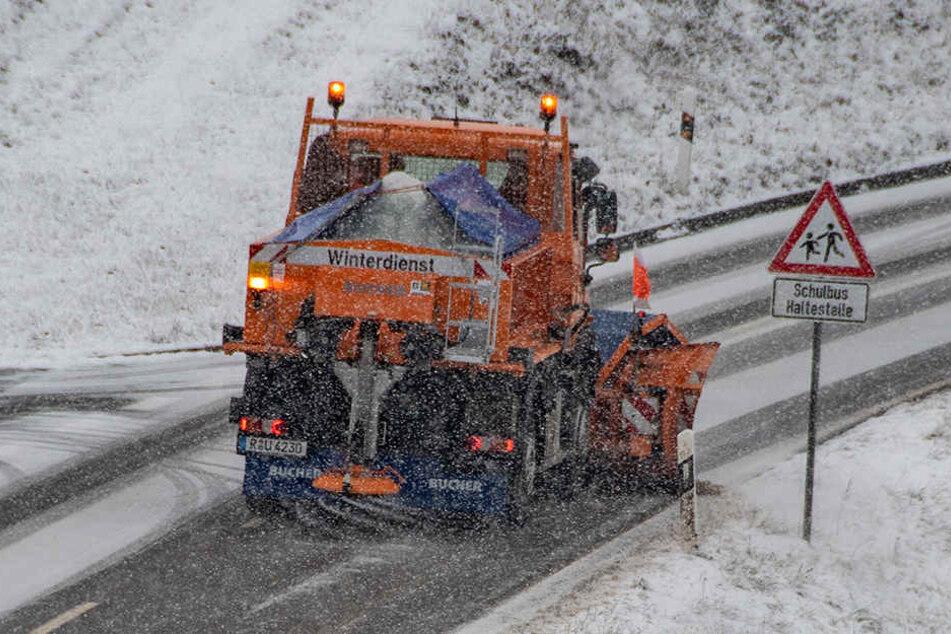 In Ostbayern ist seit den Morgenstunden der Winterdienst im Einsatz und räumt den Schnee von den Straßen.