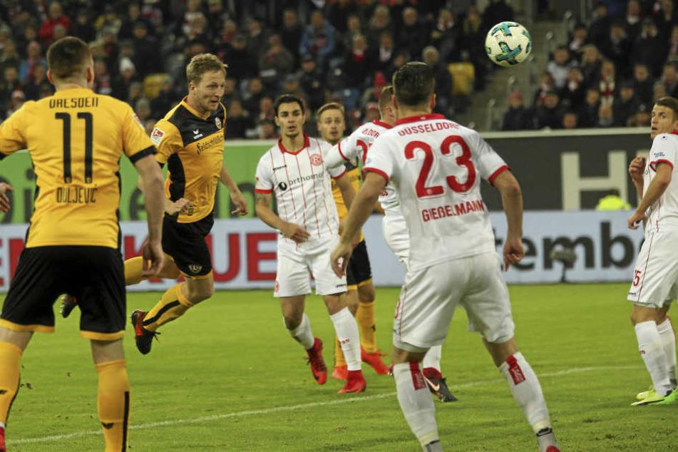 Hier köpft Dynamo-Kapitän Marco Hartmann das 1:0 in Düsseldorf.