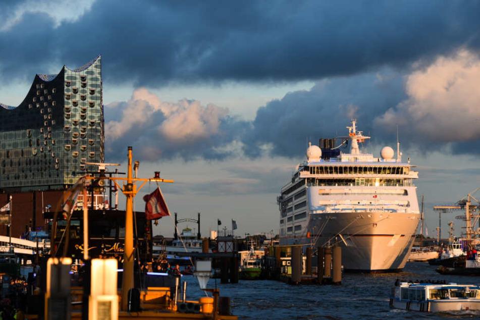 """Die """"Europa 2"""" hat am Hamburger Hafen festgemacht."""