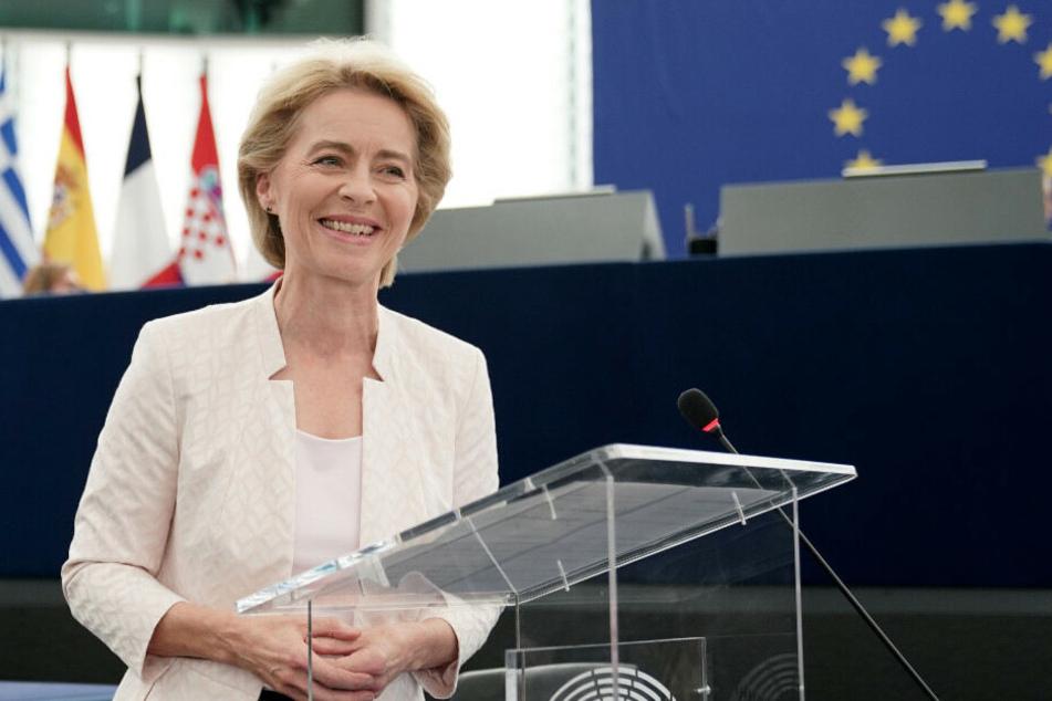 Ursula von der Leyen hält nach ihrem Sieg eine Rede im Plenarsaal.