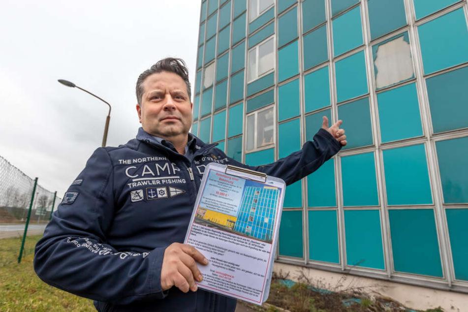 Entsetzt über ständige Schüsse auf die Hausfassade: Thomas May (45) zeigt das Flugblatt mit der 10.000-Euro-Belohnung.
