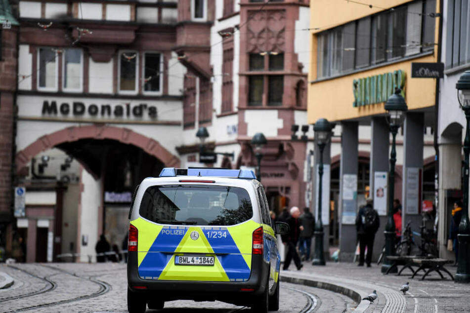Die Polizei sucht nach einem zehnten Täter im Zuge der Horror-Vergewaltigung in Freiburg. (Symbolbild)