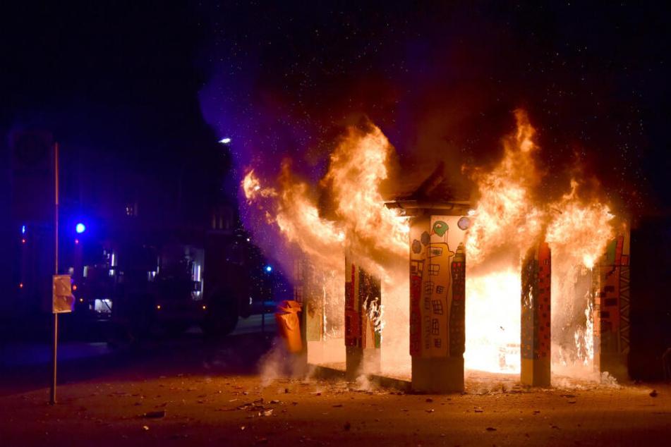 Das Pop-Art-Wartehäuschen steht in Flammen. Die Polizei geht von Brandstiftung aus.